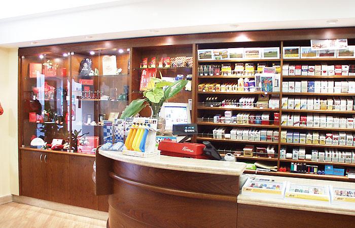 Arredamenti per bar sabbatucci falegnameria for Arredamenti per bar tabacchi